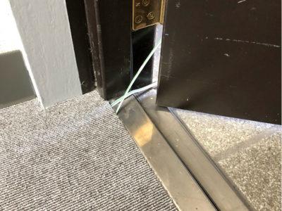 扉の下の狭い隙間でも配線できる