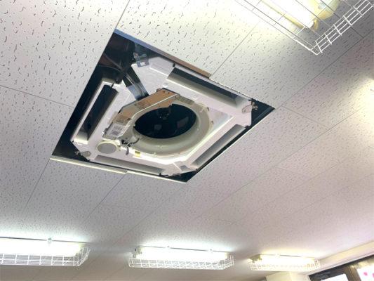 天井へエアコンの埋め込み