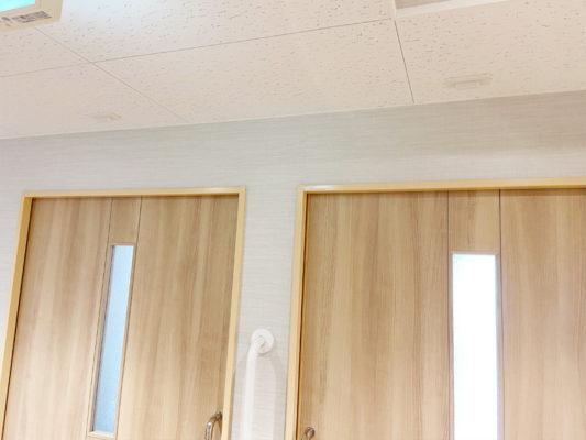非常灯 各個室に設置 客室からの呼び出しがあると天井の非常灯が赤点灯で部屋の場所を知らせます。同時に電話でも呼び出しが行われます