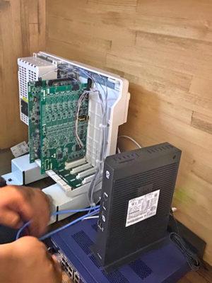 ビジネスフォンの主装置とONU(光回線の終端装置)